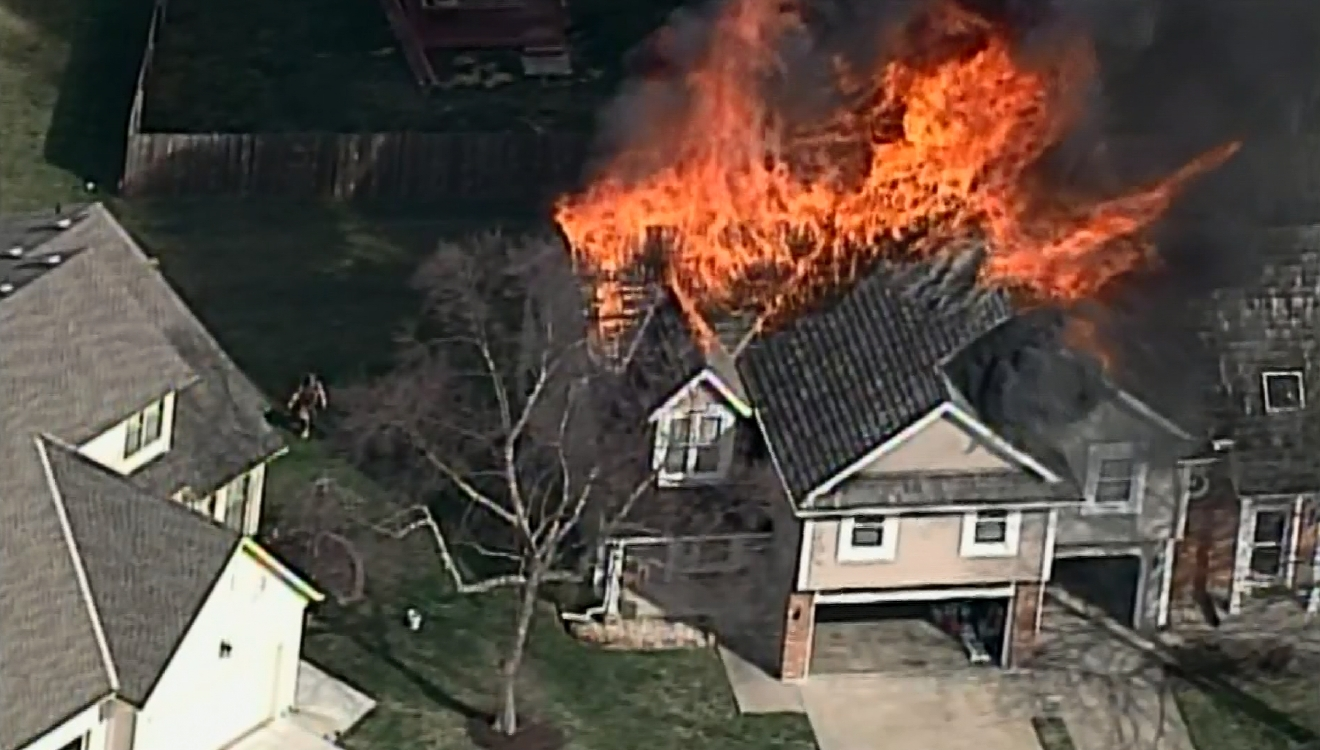 Suburban Kansas City apartment building fire ignites houses (KSHB / CNN Newsource)
