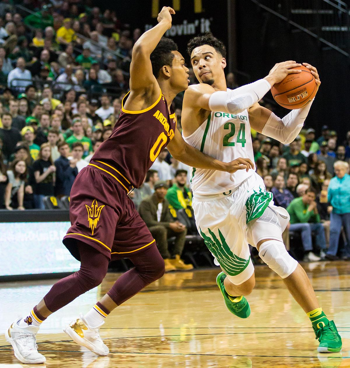Oregon forward Dillon Brooks (#24) locks eyes with Arizona State guard Tra Holder (#0) before passing the ball. The Oregon Ducks defeated the Arizona State Sun Devils 71 to 70. Photo by Ben Lonergan, Oregon News Lab