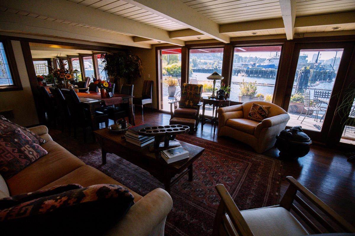We're continuing our houseboat profiles - and this week it's all about combining elements of our state gem (wood!) in interior and exterior architecture. This particular floating home does it beautifully - and once again we find ourselves forgetting it's not a 'regular' house when looking through these pictures!  The annual Seattle Floating Homes Tour showcases local house boats (aka floating homes), and benefits the Floating Homes Association - whose mission is to support and nurture the floating home community and maintain the health of the marine environment. We took a special look inside four amazing but different homes from the tour. (Image: Joshua Lewis / Seattle Refined)