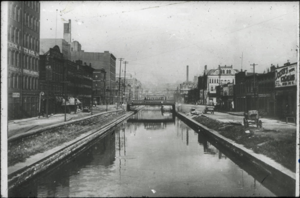 Miami and Erie Canal, Walnut St. Bridge, 1900 / DATE: 1900 / COLLECTION: Public Library of Cincinnati and Hamilton County / Image courtesy of the digital archive of The Public Library of Cincinnati and Hamilton County // Published: 5.3.18