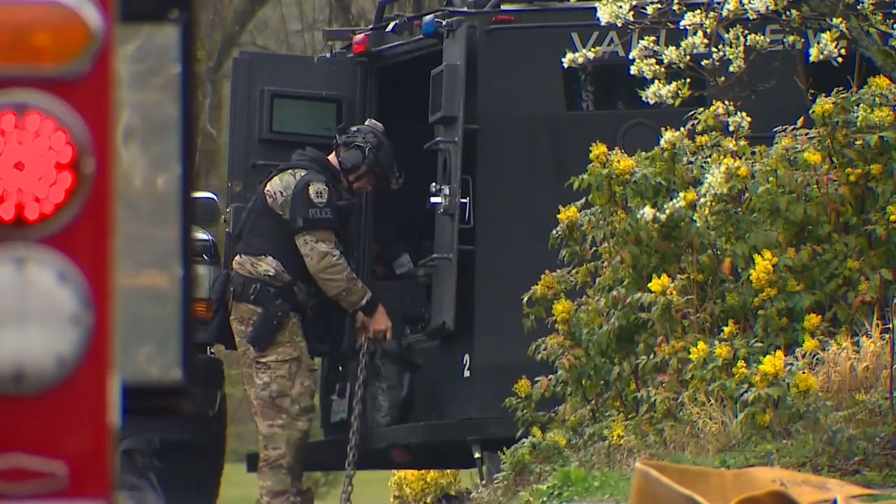 Police continue to investigate man killed in Federal Way home after standoff. (KOMO News){&amp;nbsp;}<p></p>
