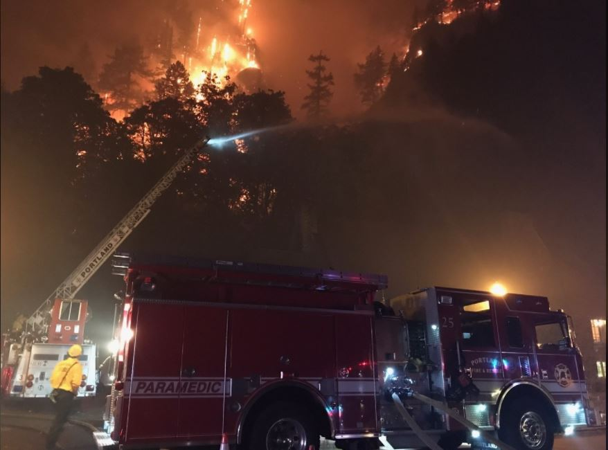 Bomberos del área de Portland responden al incendio Eagle Creek Fire. Foto cortesia Portland Fire and Rescue.