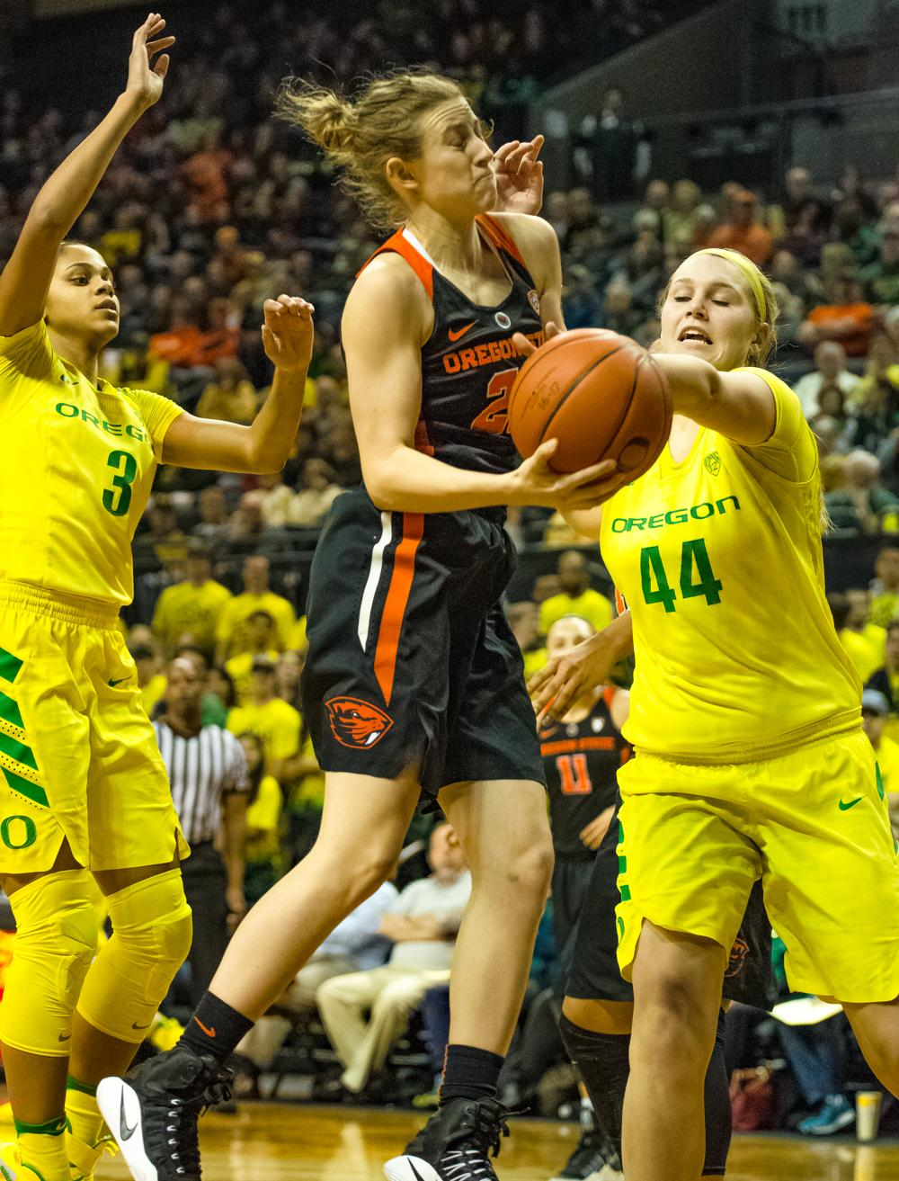 Oregon Ducks Forward Mallory McGwire (#44) knocks the ball out of Guard Taylor Kalmer (#25) hands to save a easy bucket. Oregon Ducks lost 40-43 to Oregon State Beavers in a tightly matched fourth quarter. Photo by Jonathan Booker, Oregon News Lab