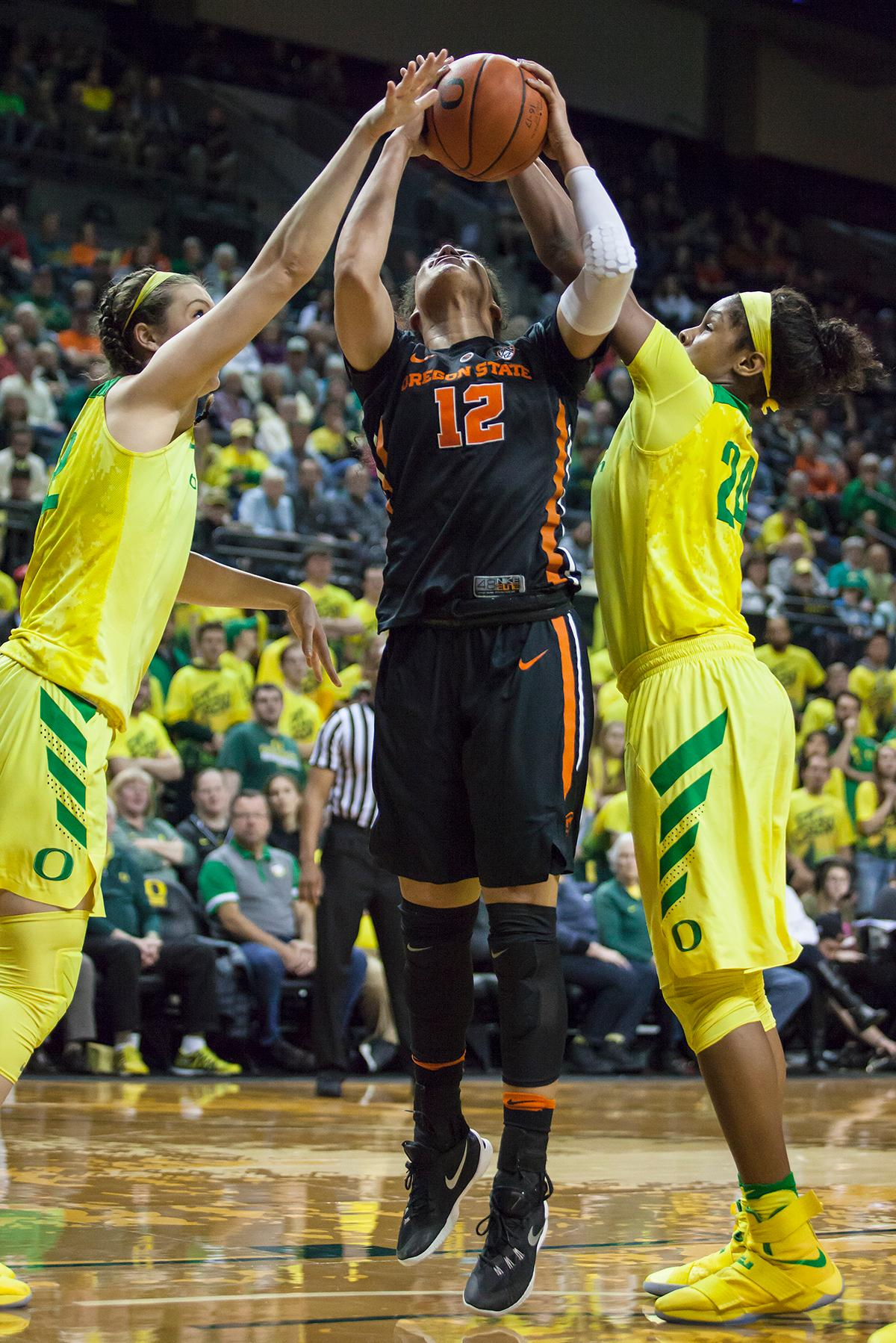 Oregon State forward Kolbie Orum (#12) attempts to make a layup. The Oregon Ducks lost 40 to 43 against the Oregon State Beavers after a tightly matched 4th quarter. Photo by Ben Lonergan, Oregon News Lab