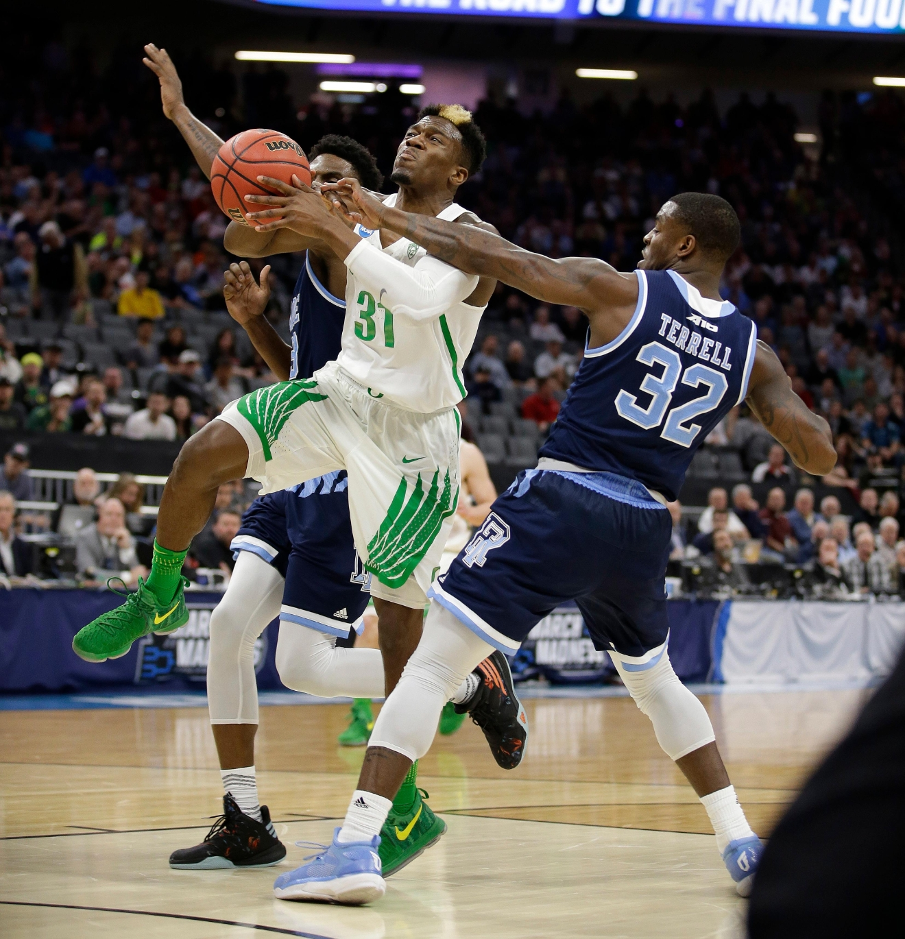 Oregon guard Dylan Ennis, left, is fouled by Rhode Island guard Jared Terrell, right, during the first half of a second-round game of the NCAA men's college basketball tournament in Sacramento, Calif., Sunday, March 19, 2017. (AP Photo/Rich Pedroncelli)