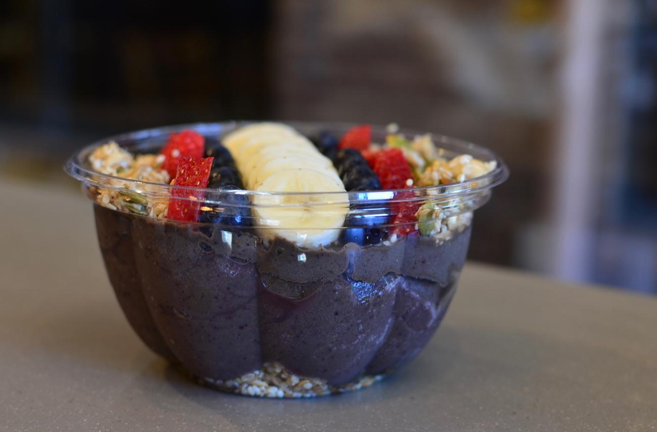 Green Farm Bowl: classic almond milk, acas, banana, blueberries, strawberries, spinach, dates, and spirulina topped with granola, fresh fruits, bananas, and goji berries / Image: Leah Zipperstein, Cincinnati Refined // Published: 3.10.18
