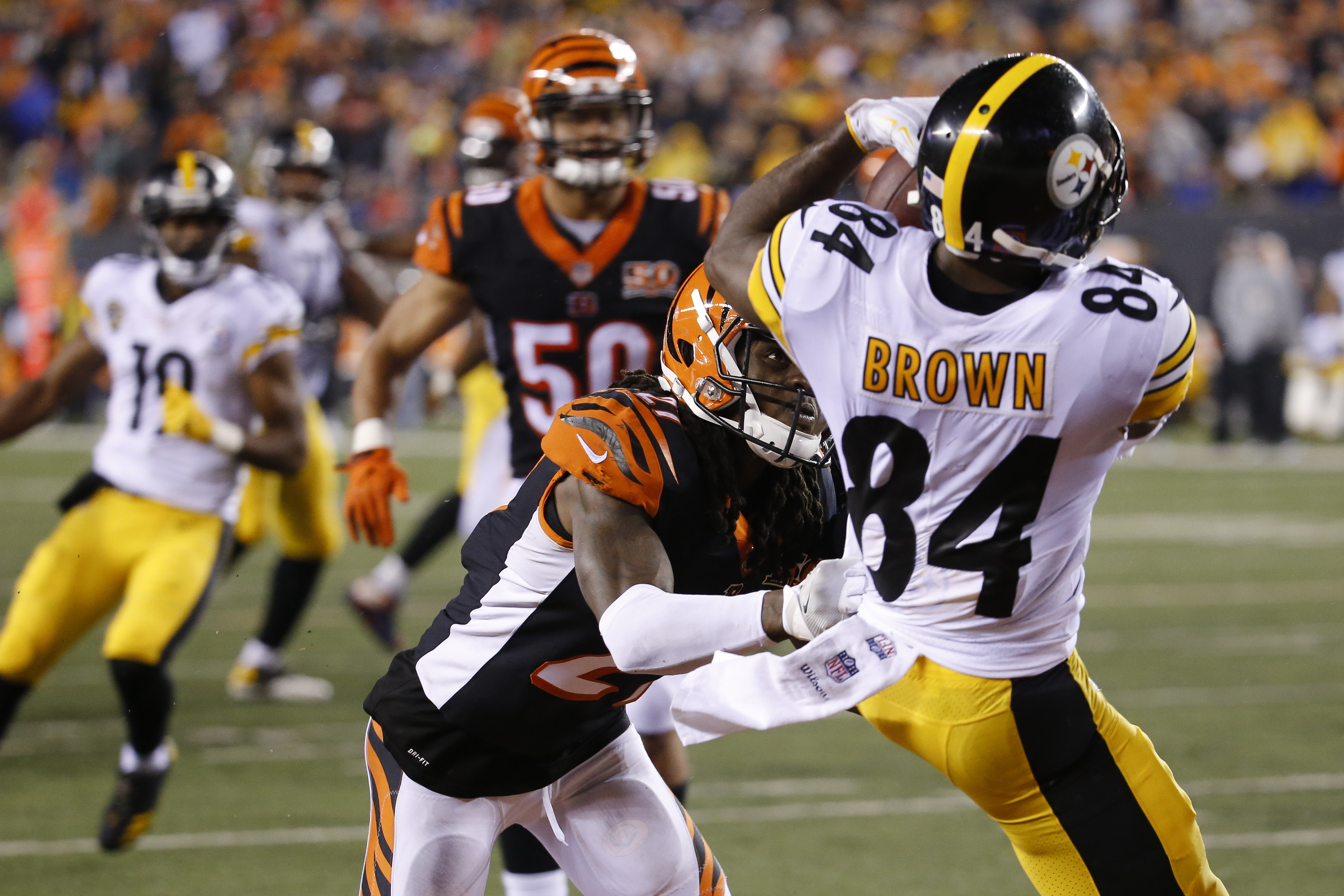 Pittsburgh Steelers wide receiver Antonio Brown (84) catches a touchdown pass against Cincinnati Bengals cornerback Dre Kirkpatrick, center, in the second half of an NFL football game, Monday, Dec. 4, 2017, in Cincinnati. (AP Photo/Frank Victores)